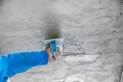 Работник plasterize бетон потолка и стены Стоковые Фотографии RF