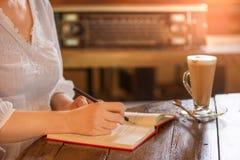 Работница на винтажной кофейне стиля стоковое изображение
