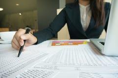 Работницы бухгалтера с документом электронной таблицы стоковое фото