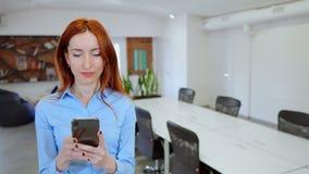 Работодатель используя мобильное послание на месте для работы видеоматериал
