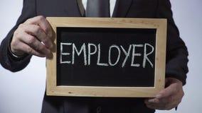 Работодатель написанный на классн классном, бизнесмен держа знак, занятость, дело акции видеоматериалы