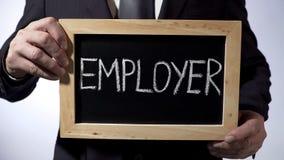Работодатель написанный на классн классном, бизнесмен держа знак, занятость, дело стоковое изображение rf
