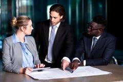 Работодатель объясняя бизнес-план к его коллегам Стоковые Изображения RF