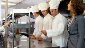 Работодатель смотря шеф-поваров принимая заказы видеоматериал
