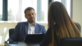 Работодатель спрашивает вопросы к женщине в интервью акции видеоматериалы