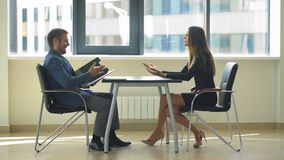 Работодатель спрашивает смешные вопросы к женщине на интервью акции видеоматериалы