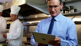 Работодатель стоя в кухне ресторана видеоматериал