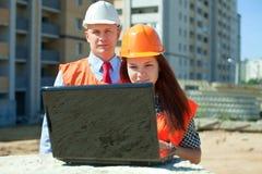 2 работы архитекторов перед строительной площадкой Стоковое Изображение RF
