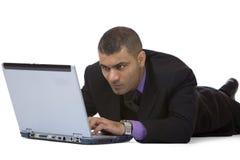 работы бизнесмена сконцентрированные компьютером Стоковое Фото