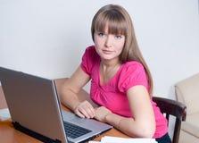 работы девушки компьютера Стоковые Изображения RF