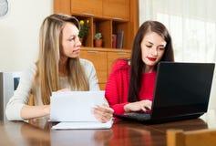2 работы женщин с финансовыми документами Стоковая Фотография
