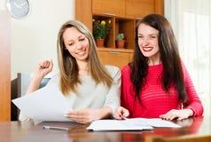 2 работы женщин с docunents Стоковое Изображение