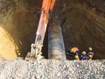 Работы на выкопанном-вне нефтепроводе стоковая фотография