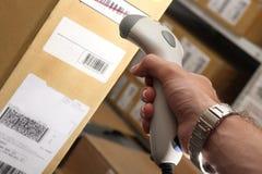 работы пакгауза читателя человека barcode Стоковое Изображение