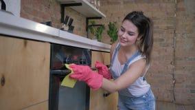 Работы по дому, молодой эконом женский в резиновых перчатках для очищать обтирают пылевоздушную мебель сток-видео