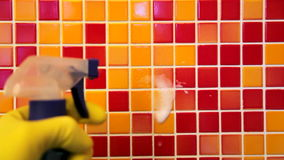 Работы по дому дома - обтирать стену ванной комнаты с тканью чистки и spr акции видеоматериалы