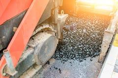 Работы ремонта приведения в исполнение: заасфальтируйте ролик штабелируя и отжимая горячее положение асфальта Машина ремонтируя д стоковое изображение rf