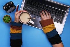 работы серого цвета девушки компьютера предпосылки Работать, домашняя работа Стоковое фото RF