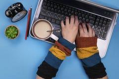 работы серого цвета девушки компьютера предпосылки Работать, домашняя работа Стоковые Фото