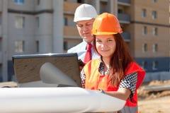 2 работы строителей на строительной площадке Стоковые Изображения