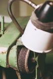 Рабочая зона на индустрии точильщик с винтажной лампой Стоковое Фото