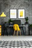 Рабочая зона с желтым стулом Стоковые Фото