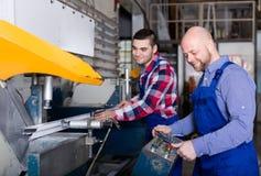 2 рабочего класса в магазине PVC Стоковое Изображение