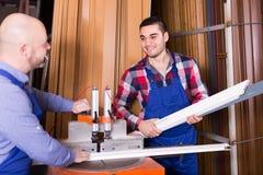 2 рабочего класса в магазине PVC Стоковое Фото