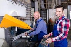 2 рабочего класса в магазине PVC Стоковая Фотография RF