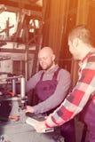2 рабочего класса в магазине PVC Стоковое Изображение RF