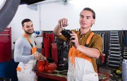 2 рабочего класса маясь в мастерской Стоковые Фото