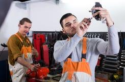 2 рабочего класса маясь в мастерской Стоковая Фотография