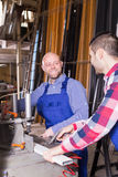 2 рабочего класса работая на машине Стоковое фото RF