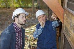 2 рабочего класса работая на строительной площадке Стоковое Изображение RF