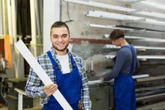 2 рабочего класса работая с профилями PVC Стоковое Фото