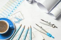 Рабочее место архитектора - крены и планы стоковые фото