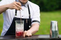 Рабочее место бармена Селективный фокус на бармене который preparin Стоковое Изображение