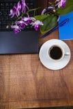 Рабочее место бизнесмена с компьтер-книжкой Стоковые Фото