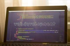 Рабочее место веб-разработчик в светах захода солнца Искусство ASCII фразы развития сети внутри реального кода HTML Стоковые Изображения