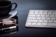 Рабочее место дела, клавиатура, мышь, кофе все для работы Стоковое фото RF