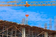 Рабочее место здания конструкции работника внутри начинает город и кран на предпосылке неба с космосом экземпляра добавляет текст Стоковая Фотография