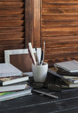 Рабочее место и аксессуары для тренировки, образования и работы Книги, кассеты, тетради, ручки, карандаши, таблетка, стекла Стоковое Изображение