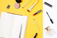 Рабочее место концепции блоггера Сделать список, продукты состава, дух на желтой предпосылке Стоковое Фото