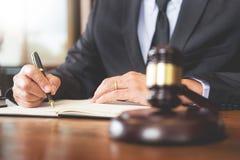 Рабочее место личного кабинета для консультанта молодое законодательство юриста с молотком и документ на деревянной таблице стоковое фото
