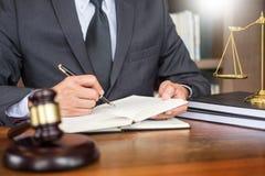 Рабочее место личного кабинета для консультанта молодое законодательство юриста с молотком и документ на деревянной таблице стоковые фотографии rf