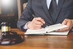 Рабочее место личного кабинета для консультанта молодое законодательство юриста с молотком и документ на деревянной таблице стоковые изображения rf