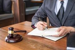 Рабочее место личного кабинета для консультанта молодое законодательство юриста с молотком и документ на деревянной таблице стоковое изображение rf