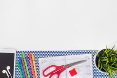 Рабочее место модельера Современная белая таблица стола офиса с стоковое фото rf