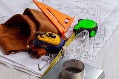 Рабочее место оборудований работника бумажный нож и рулетка Дизайн конструкции Бумажные планы инженерства стоковые фотографии rf