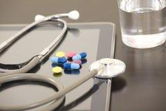 Рабочее место доктора с цифровой таблеткой Стоковая Фотография RF